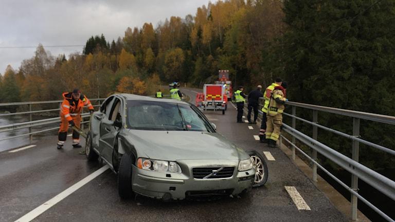Räddingstjänsten har precis bärgat bilen ur Svartälven.