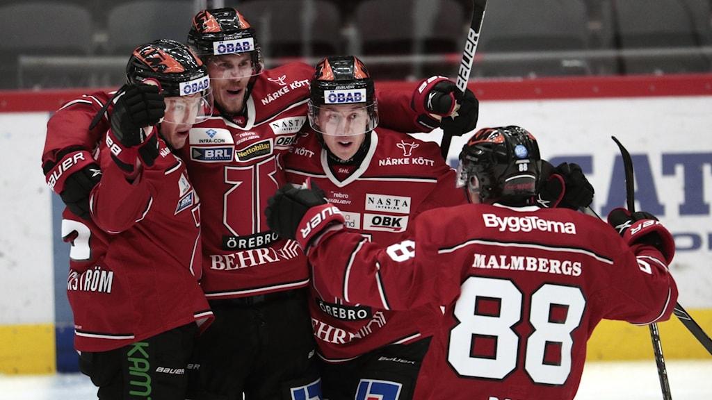 Gustav Backström Örebro Hockey jublar tillsammans med lagkompisar efter 1-0 målet mot HV 71