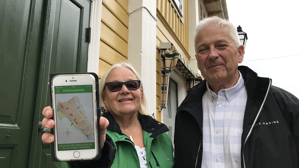 Birgitta Alvarsson och Göran Karlsson från Hembyggdsföreningen på plats i Lindesberg
