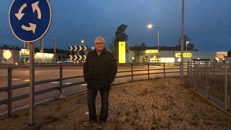 Mats Fransson framför rondellen i Laxå