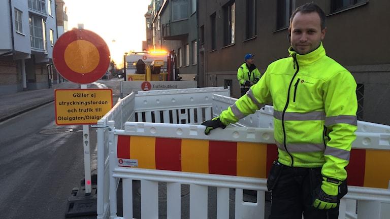 Oskar Augustsson framför avstängningen mot Alnängsgatan.