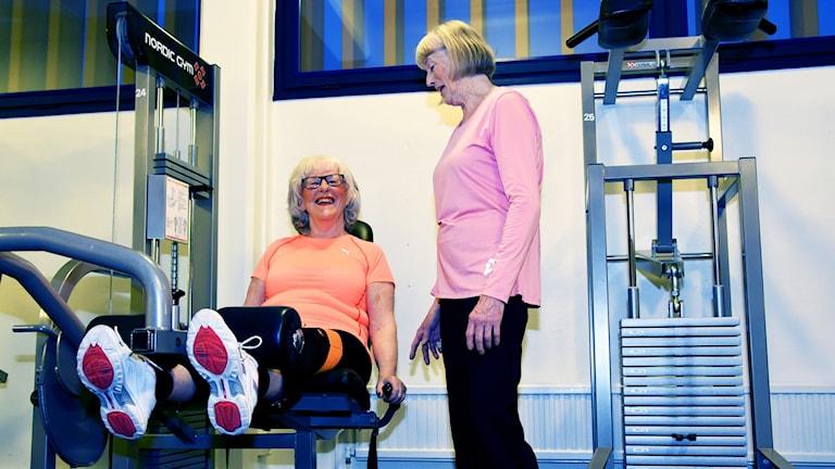 Lillemor och Birgit, två av de kvinnor som ingick i en av träningsgrupperna. De tränar på gym