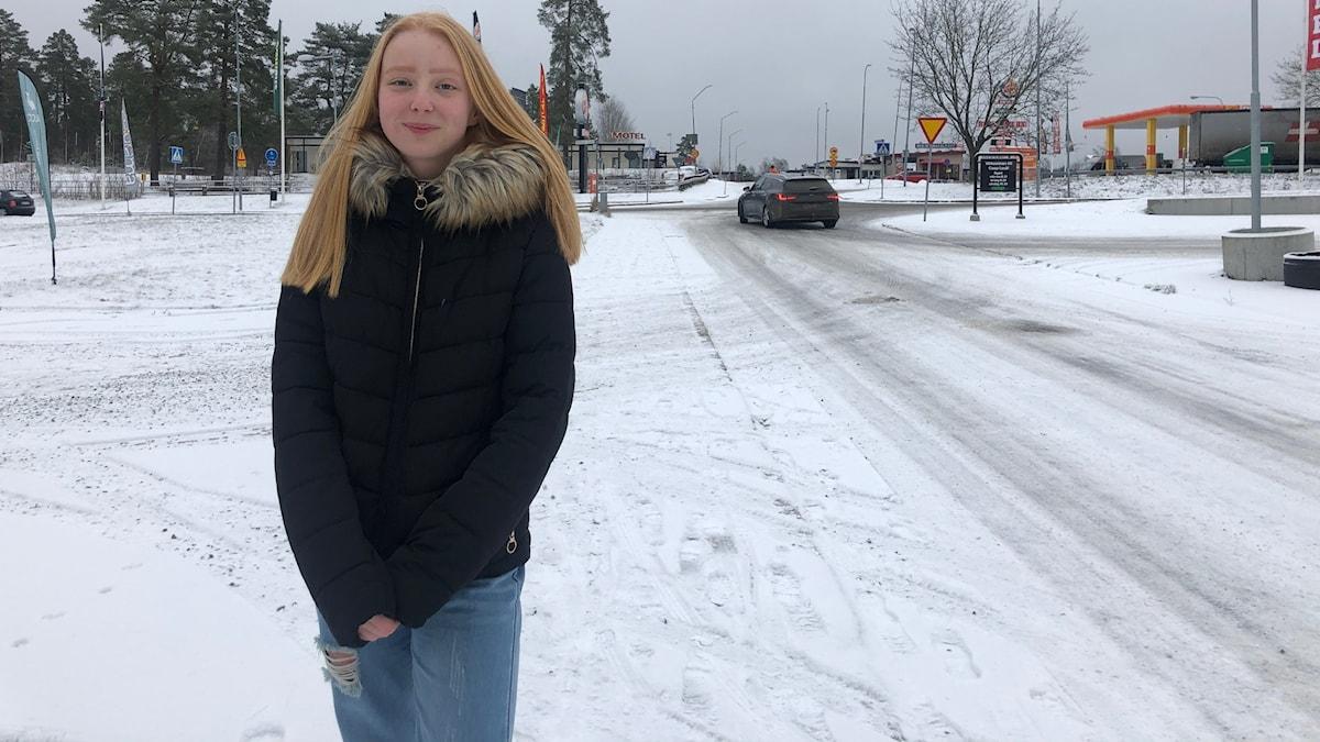 Misa Bürger 13 åriga flicka står vid sidan av en bilväg i Laxå