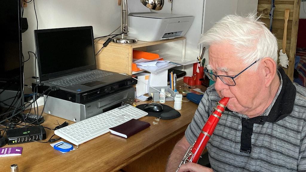 Rolf Hedman spelar klarinett framför datorn