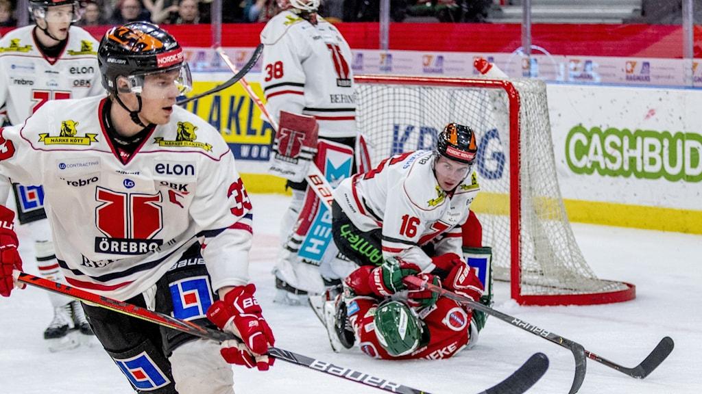 Frölundas Johan Sundström blir nertryckt av Örebros Lukas Pilö under torsdagens ishockeymatch i SHL mellan Frölunda HC och Örebro HK i Scandinavium.