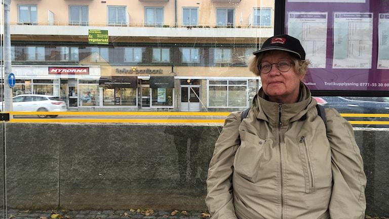 Marianne Larsson tycker att 35 kronor är för mycket, speciellt för äldre med låg pension.