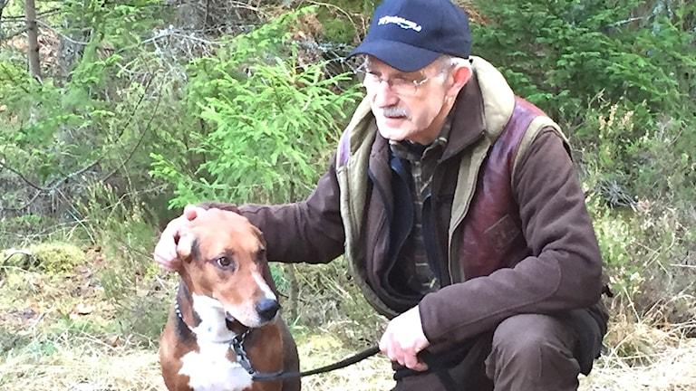 Reine Pettersson med hunden Kompis.