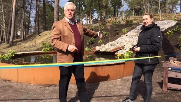 På tisdagen invigde Bo Rudolfsson tillsammans med kommunstyrelsens vice ordförande och socialdemokraten Therese Magnusson, en ny fontän i Laxå.