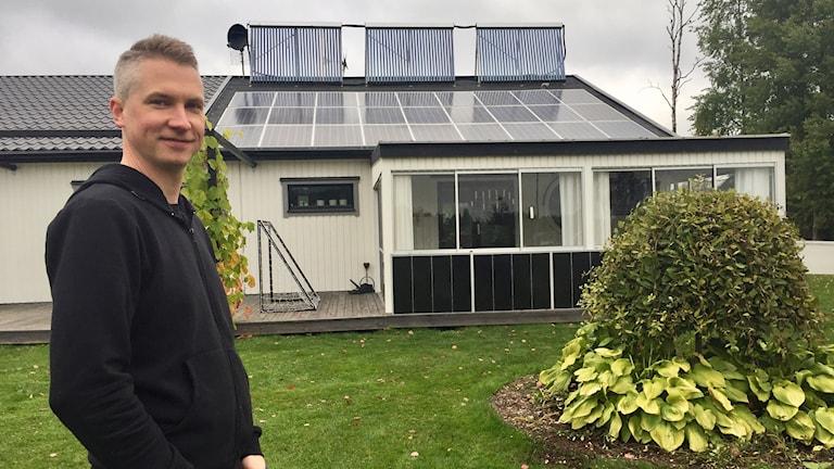Niklas Scott är nöjd med huset han byggt. På taket syns vacuumrören och solpanelerna.