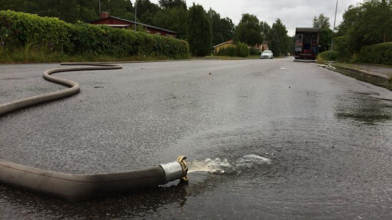 översvämning pump Karlskoga väg vatten översvämmad vattenpump räddningstjänst