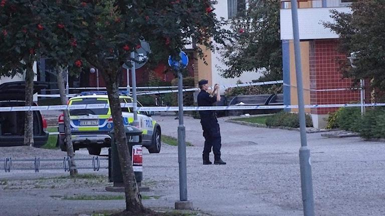 Polisen har spärrat av området i Markbacken där skottlossning ska ha skett.