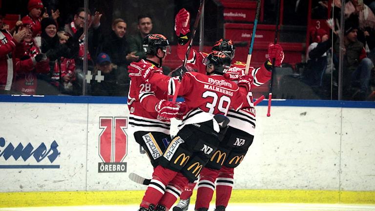 Örebro hockey jublar efter vinst.