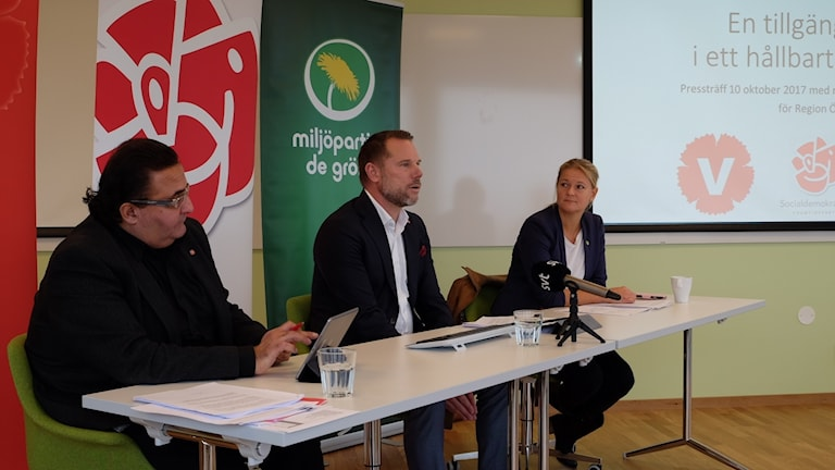 Regionstyrelsens vice ordförande Jihad Menhem (V),  Andreas Svahn (S) regionstyrelsens ordförande och regionrådet Catrin Steen (MP) presenterade hur de vill fördela regionens ekonomi 2018.