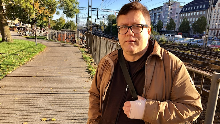 Ulf Hjelting attackerades på gatan av okända män mitt i centrala Örebro under måndagskvällen.