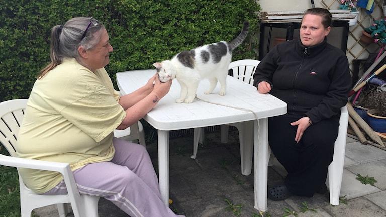 Lotta Eriksson och Annica Andersson bor i Gyttorp. Med på bilden är katten Pettson.