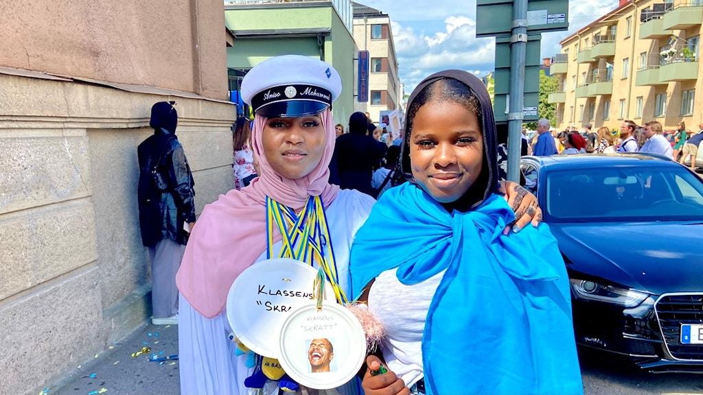 Aniso Mohammed tog studenten från Samhällsprogrammet på Drottning Blankas gymnasieskola, och firades av lillasyster Farhiya.