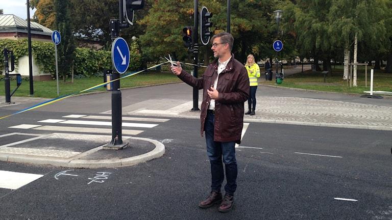 Björn Sundin (S) klipper bandet under invigningen av Trädgårdsgatan.