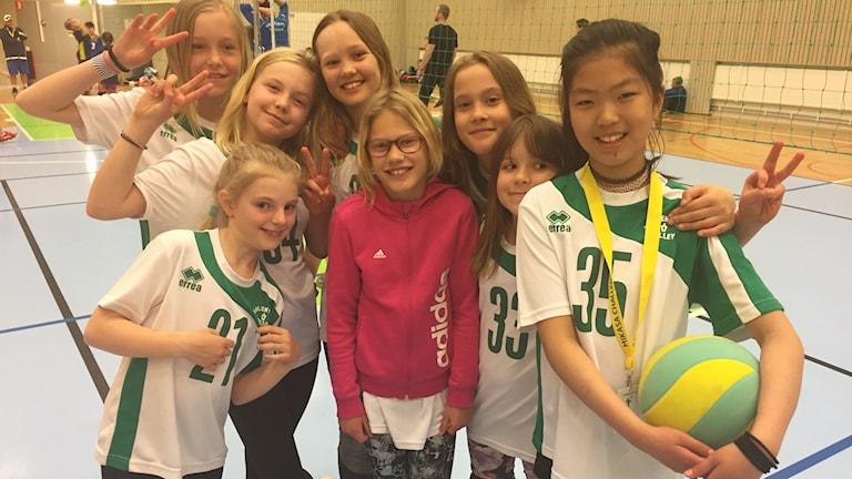 Tjejer från Sollentuna volley på plats i Idrottshuset i Örebro.