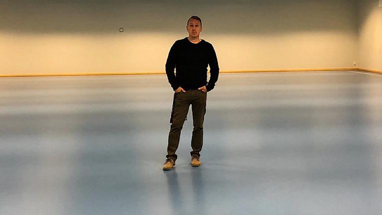 Magnus Claesson, ungdomsansvarig på Ekeby IF, i sporthallen Byrsta som är hälften så stor som en fullstor innebandyplan.