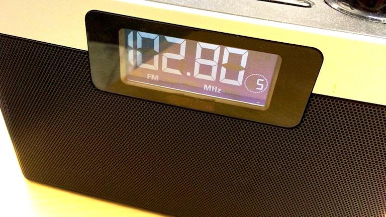 En radioapparat på ett bord.
