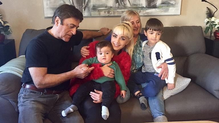 Jasmine trivs hemma i Örebro med familjen. Här sitter hon i soffan med pappa Massoud och mamma Birgitta samt syskonbarnen Lewon och Nowel.
