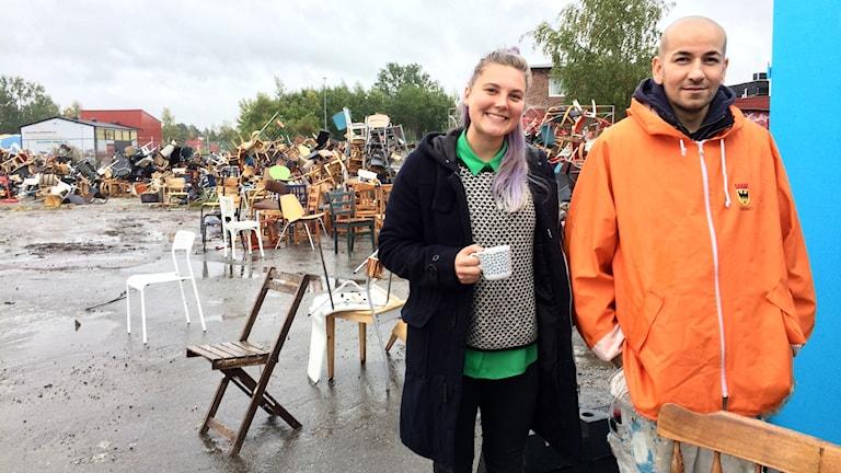 Sofia Gustafsson och Haval Omar delar ut stolar på Open Arts verkstad.