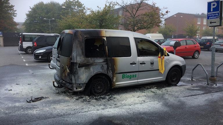 En av Örebro kommuns bilar som totalförstördes vid en anlagd bilbrand natten mot måndag.