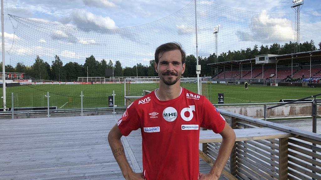 Degerforsspelaren Sebastian Olsson framför en fotbollsplan. Foto: Joakim Lindström/Sveriges Radio