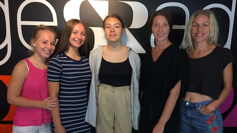 Från vänster: Lovisa Johansson, Saga Brobäck Alnehill, Stina Brengesjö är dansare. Emelie Wahlman, Elin Hedin är koreografer.