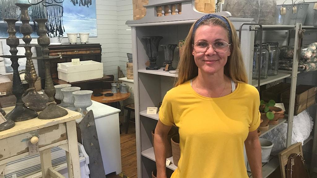 Lina Ådin i sin verkstad där hon tar hand om gamla möbler.
