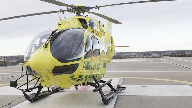 ambulanshelikopter på ett tak