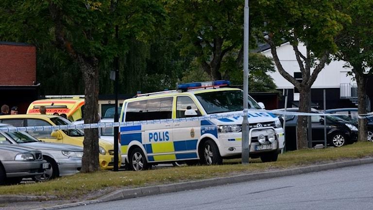 Både polis och ambulans var på plats i Brickebacken efter skottlossningen där en kvinna skadades.