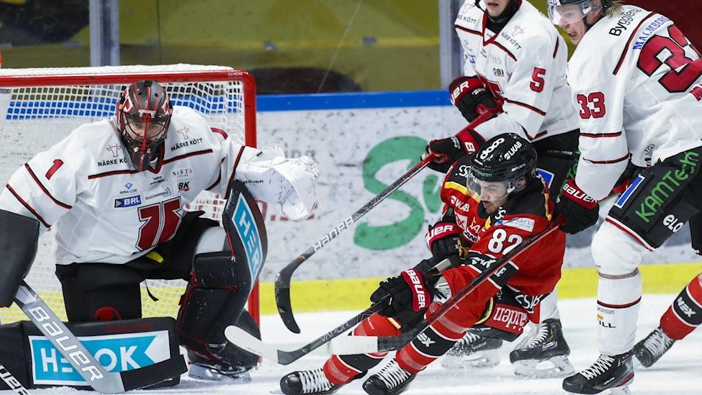 Luleås Chris Desousa försöker ta sig in mot Örebros målvakt.