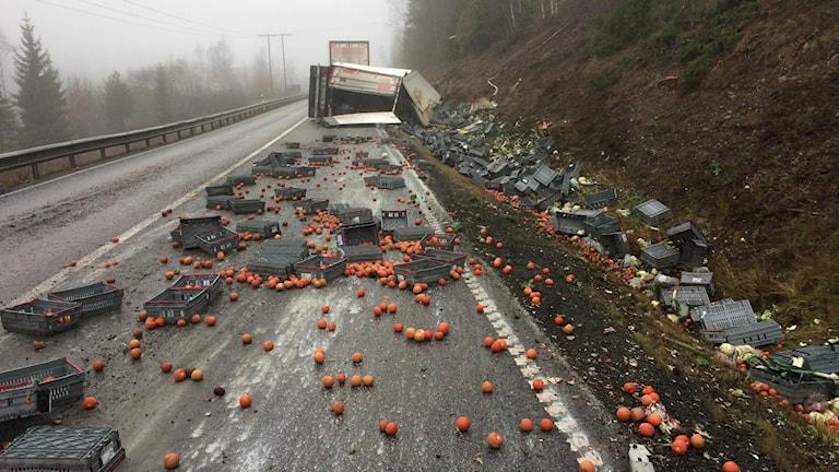 Tomater grönsaker lastbil i diket trafikolycka grönsaker släp last Silverhöjden riksväg 50