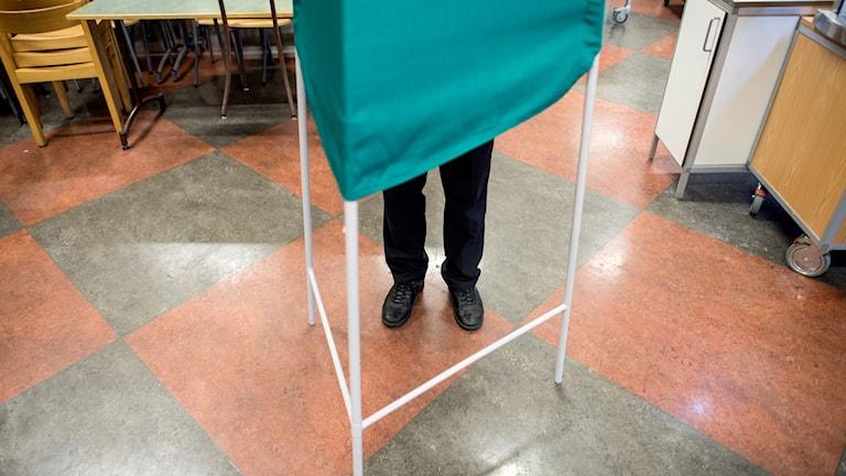 En politiker ska ha föjt med en väljare ända in i röstbåset för att hjälpa till.