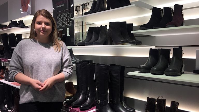 Melinda Johansson jobbar i en skobutik som valt att inte hantera kontanter.
