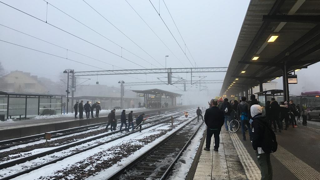 Tågtrafiken fick stängas av i Örebro när personer sprang över spåren.