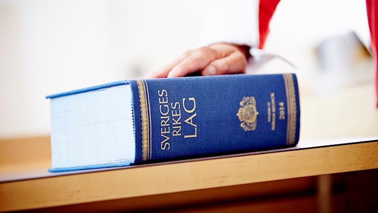 En lagbok ligger på ett bord.
