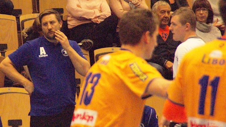 Fundersam LIF-tränare mot Amo. Foto: Lsse Hellstrandh/Sveriges Radio