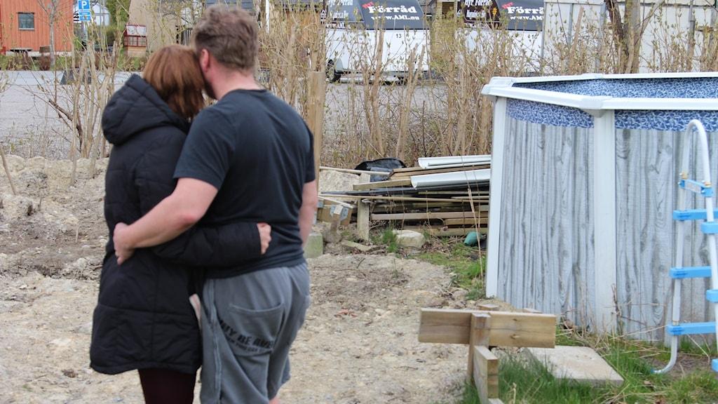 Familjens dröm om en nedgrävd pool i trädgården ser ut att sluta med en saneringsnota på över 50.000 kronor.