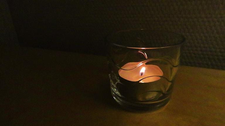 ljus tänt levande ljus värmeljus mörkt mörker strömavbrott