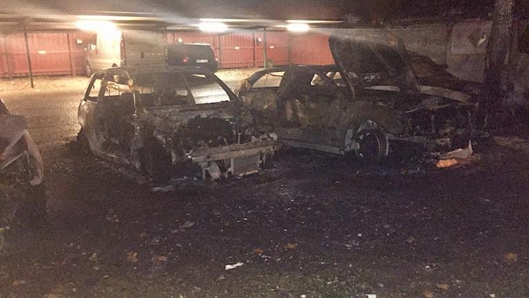 Bilarna blev totalt utbrända.
