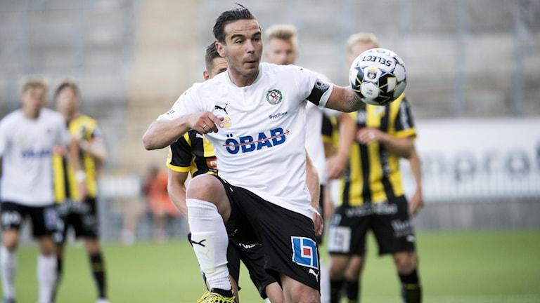 ÖSKs lagkapten Nordin Gerzic med boll