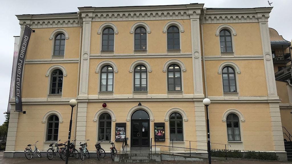 Här på Länsteatern i Örebro blir det politisk debatt.