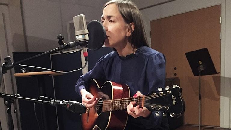 Maria Andersson i SR Örebros musikstudio
