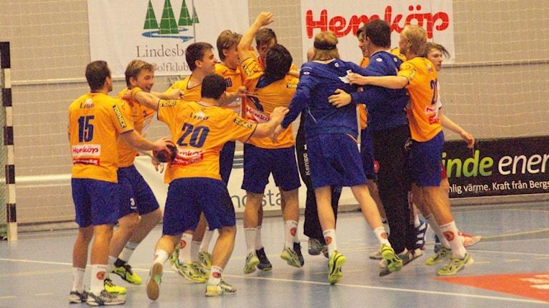 Segerdans i Lindesberg Arena. Foto: Lasse Hellstrandh