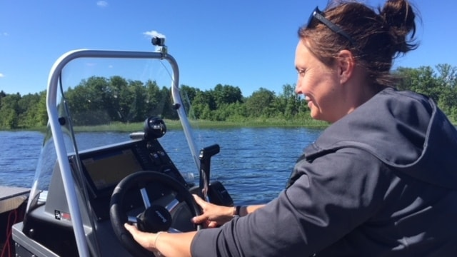 Ann-Charlotte Sundqvist, hundförere hos polisen i Örebro, kör premiärturen med nya specialbåten.