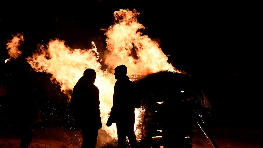 En av vårdkasarna som tändes under manifestationen Eld för Unden.