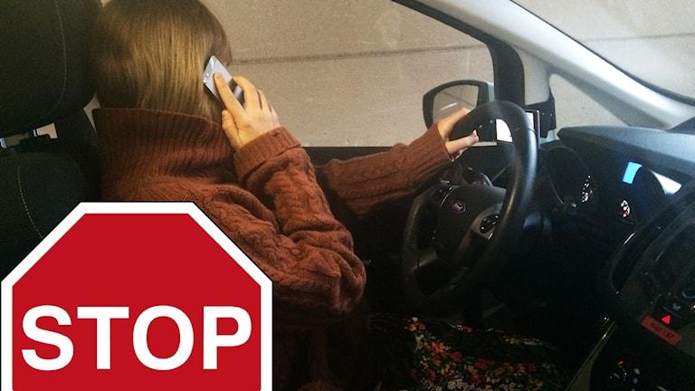 person pratar i mobil i bil