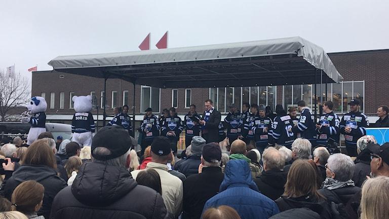 Många var på plats för att hylla Bik Karlskoga.